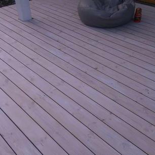 Baltā-krāsā-krāsoti-terases-dēļi-1