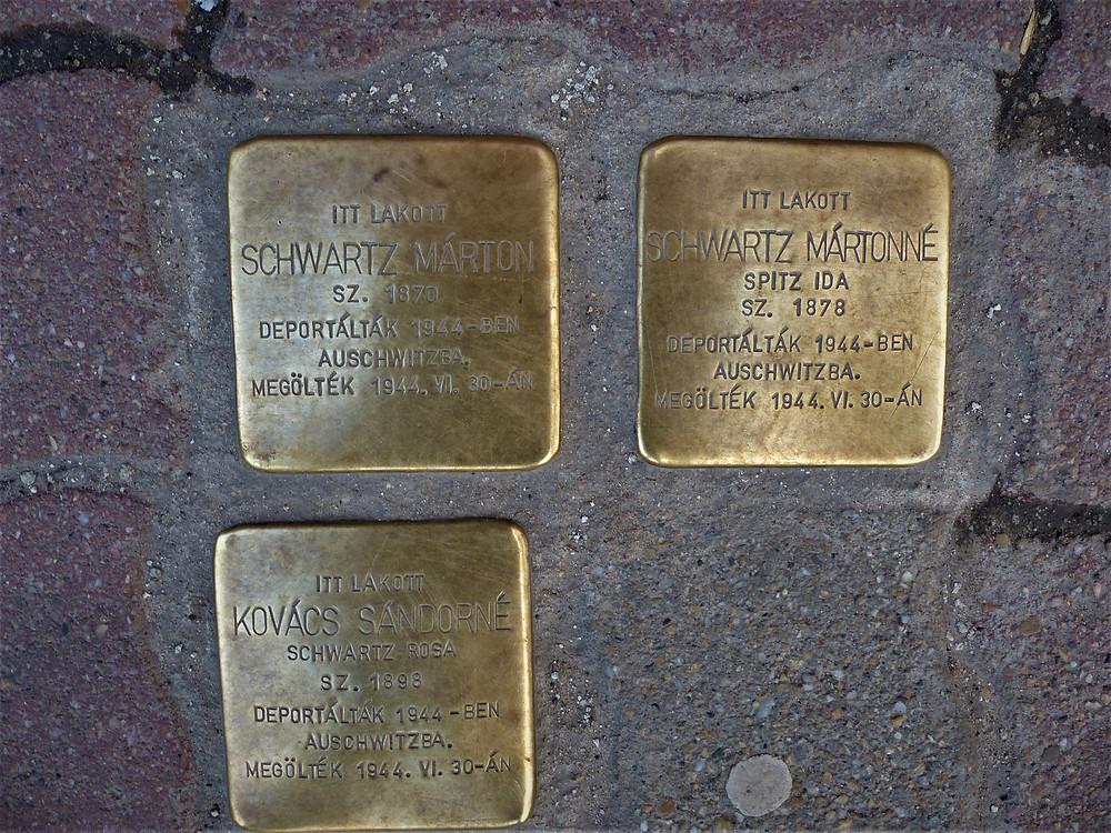 שלטים במדרכה לזכר הנספים-צלמה גילי מצא
