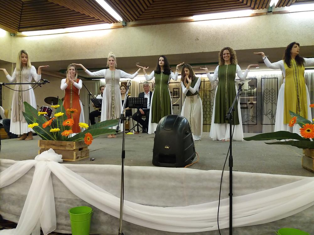 ריקוד מסורתי בסדר קיבוץ כפר גלעדי