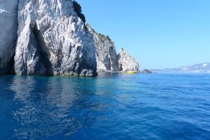 """זקינתוס-המערות הכחולות ונדל""""ן"""