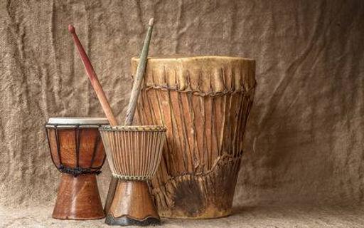 31244170-tambores-djembe-artesanales-árb