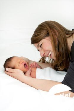 Nouveau-né et maman heureuse