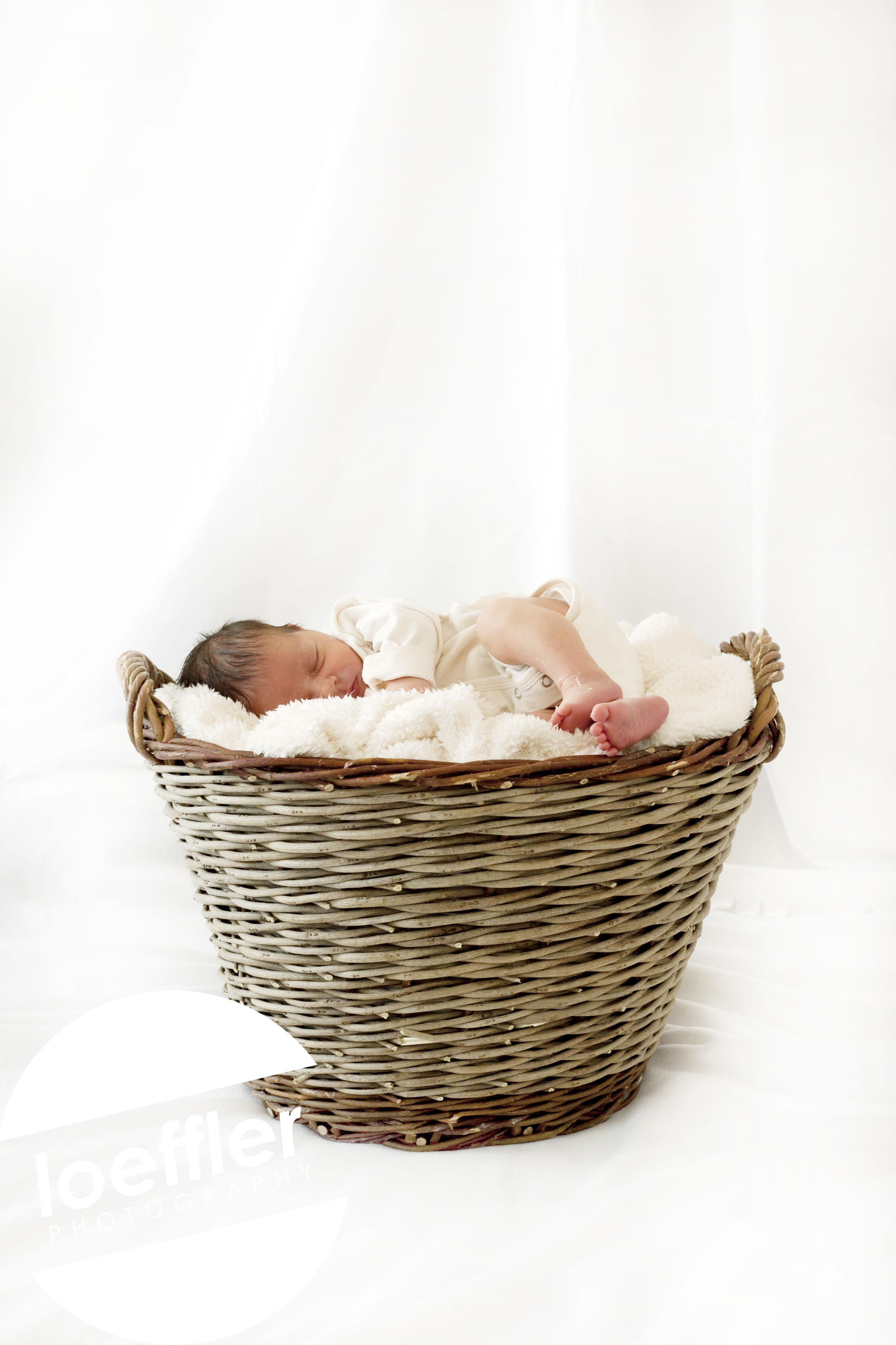 Nouveau-né dormant dans panier