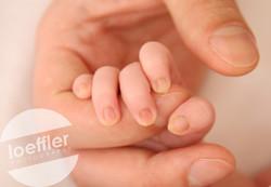 Mains de bébé et papa