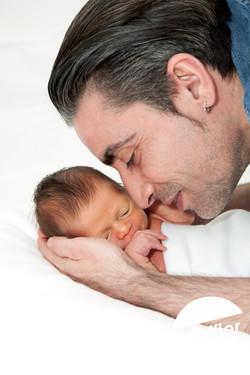 Nouveau-né dans les mains de papa