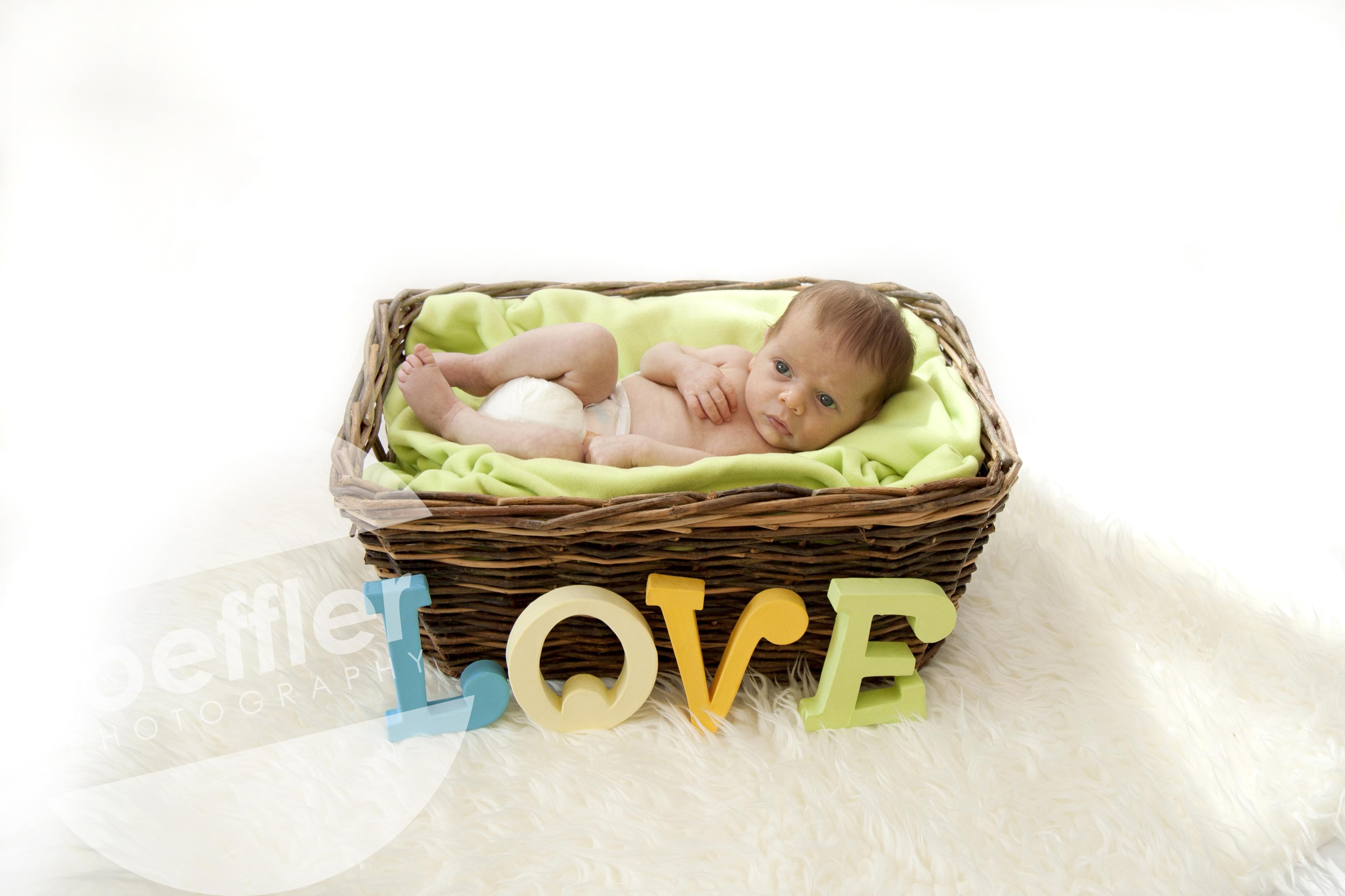 Nouveau-né dans panier