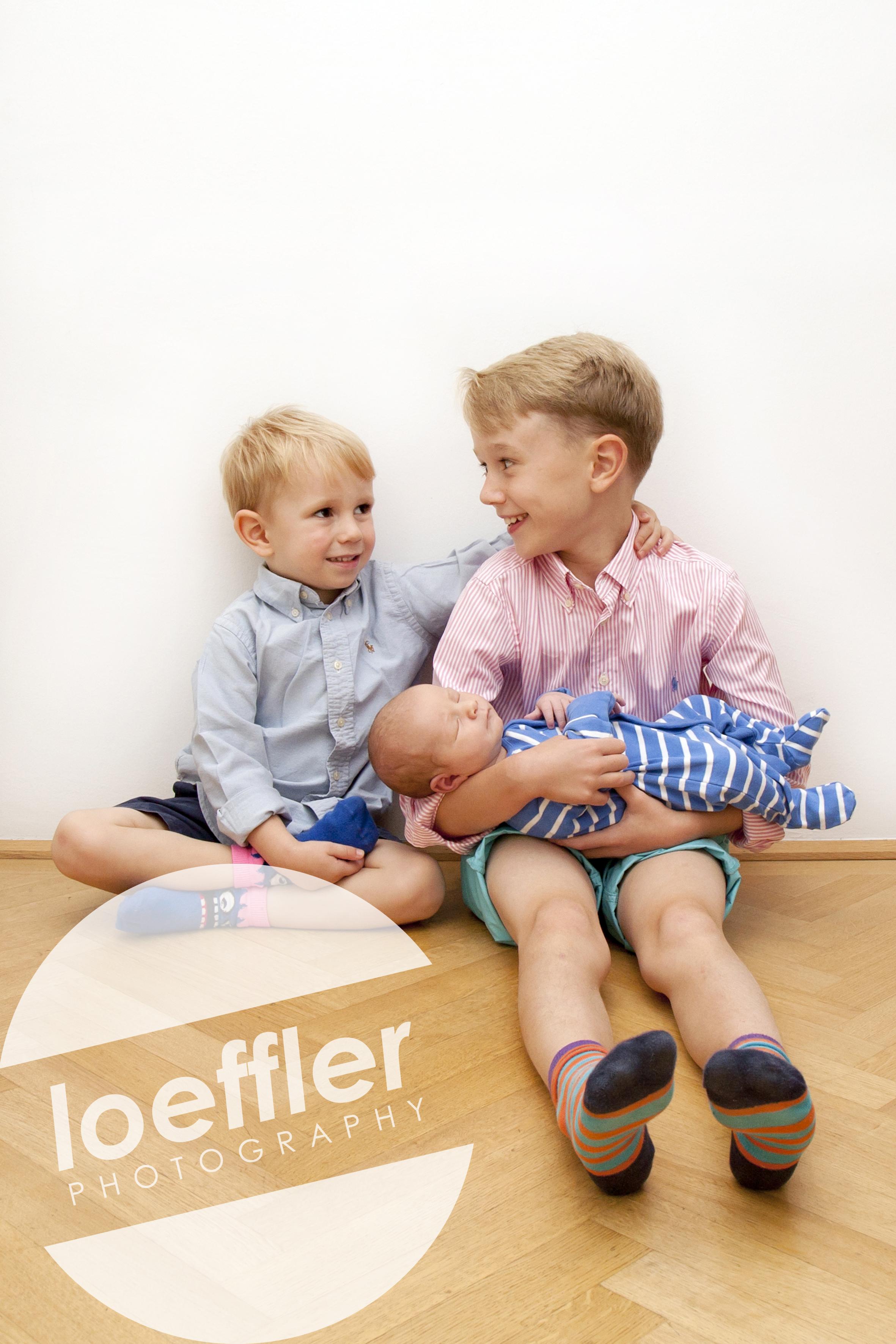 Bébé dans les bras de son frère