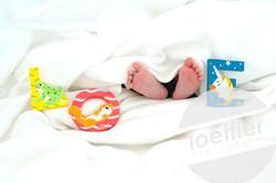 Pieds de nouveau-né avec lettres