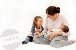 Nouveau-né avec maman et soeur