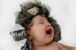 Bébé riant avec chapeau