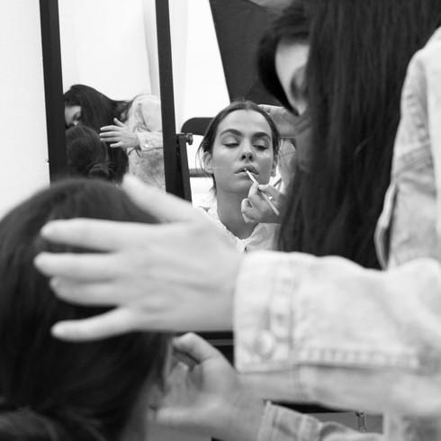 Maquillando a modelo