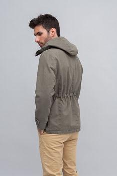 modelo muestra chaqueta cerrada perfil trasera