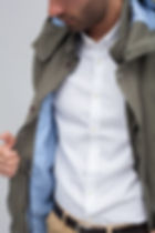 Modelo muestra detalle interior chaqueta