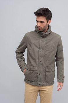 Modelo muestra chaqueta cerrada