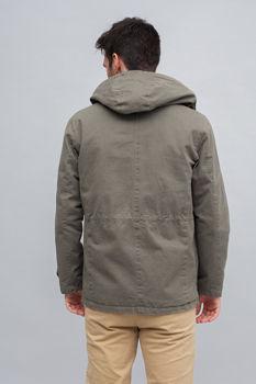 Modelo muestra chaqueta parte trasera