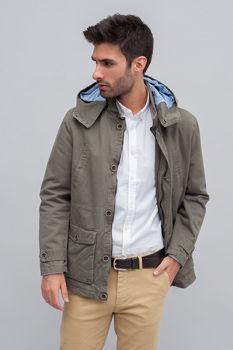 modelo enseña chaqueta bierta
