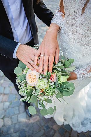 Brautpaar mit Brautstrauß am Schloss in Altenhagen
