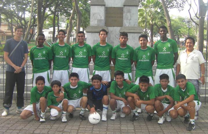 Dominic Linder uns seine Fussballmannschaft (Vitor ist rechts von Dominic)