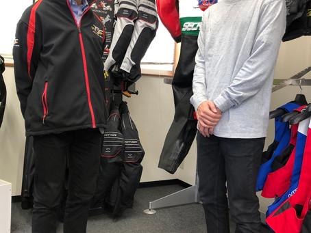 マン島TTレースでエアバッグを装着します。