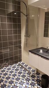 salle de bain et ses jolis carreaux de ciments