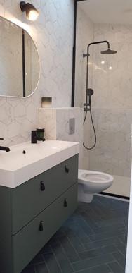 Salle de bain marbre et vert bejmat