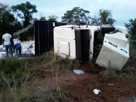 Caminhão tomba na BR-290 e motorista fica ferido