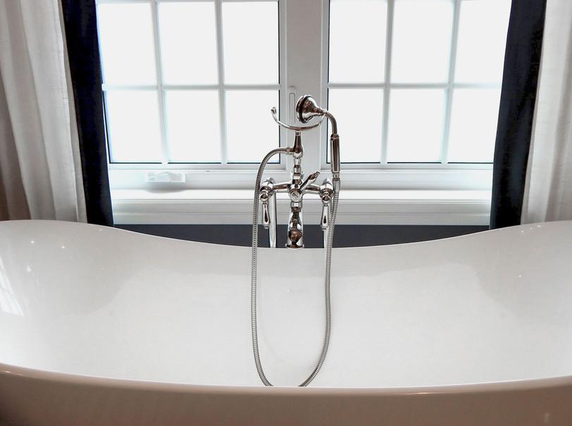 Vasca da bagno vicino alla finestra