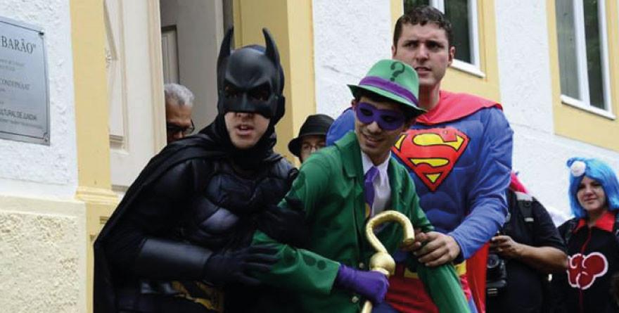 Super-heróis na rua em Jundiaí