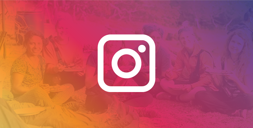 Logo do Instagram com pessoas ao fundo