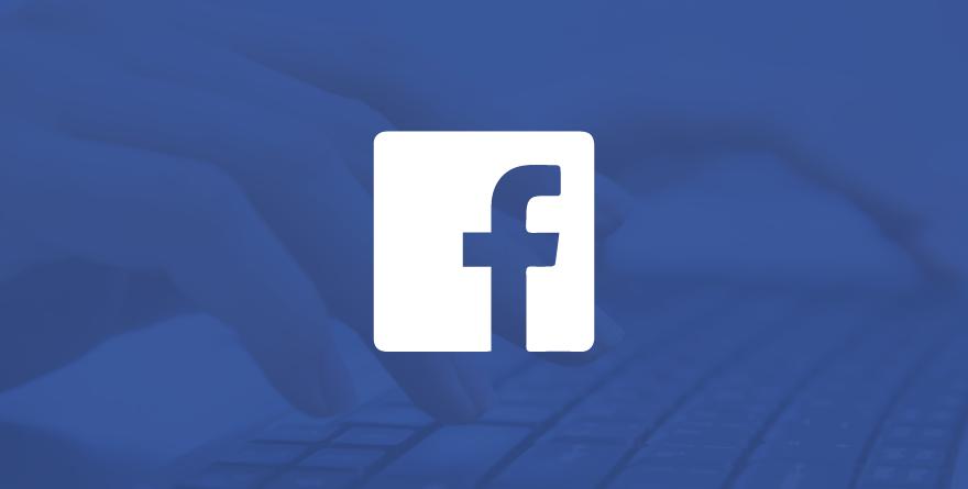Logo do Facebook com pessoa digitando ao fundo