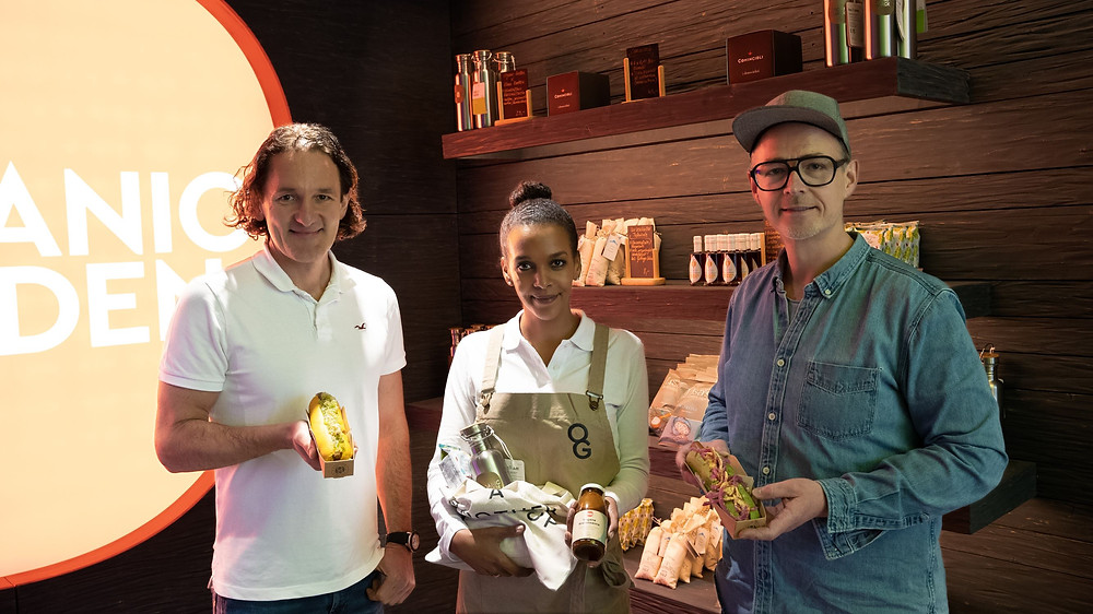 Holger Stromberg, Martin Wild und Store Managerin Segen Zewengeil präsentieren Produkte aus dem Organic Garden Signature Store