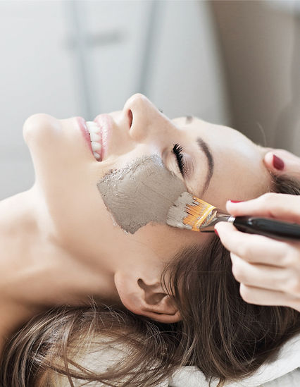 woman-with-facial-mask-in-beauty-salon-p