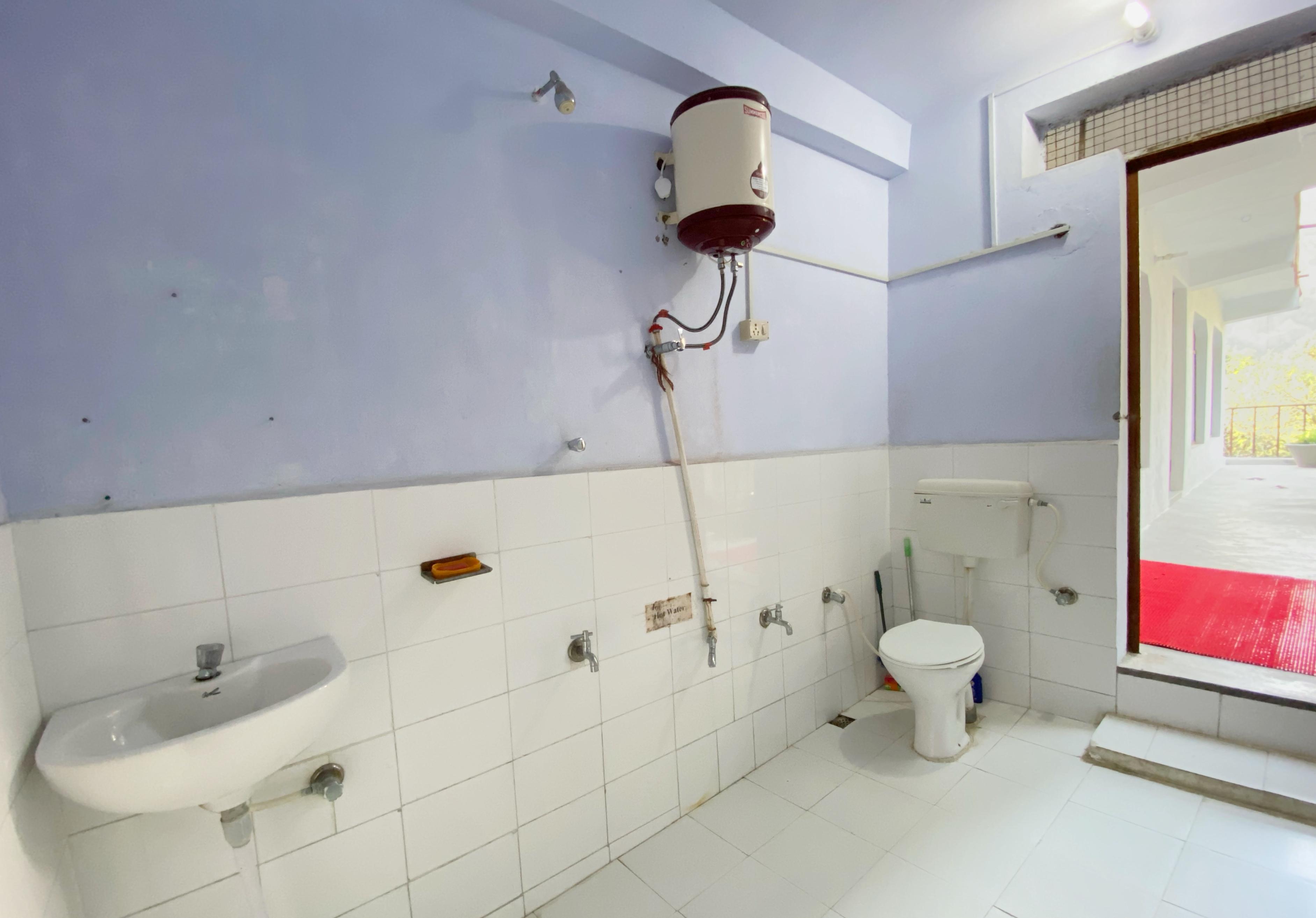 Shared bathroom at Phool Chatti Yoga Ashram in Rishikesh