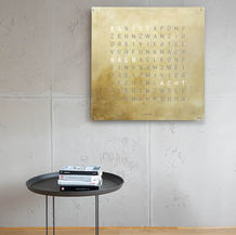 QLOCKTWO_LARGE_SILVER&GOLD_Ambient_DE_we