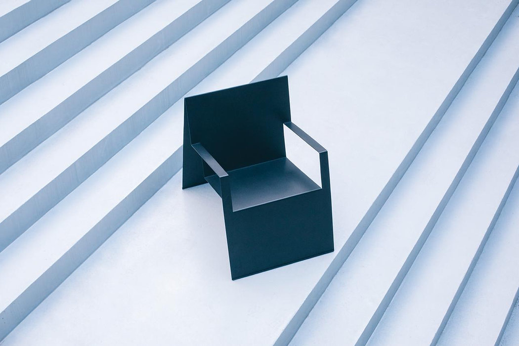 Poltrona Dobras - chapa de aço carbono dobrada formando uma cadeira poltrona com pintura eletrostática preta branca customizada para ambiente áreas sala decoração casa apartamento escritório arquitetura arquiteto projetos interiores