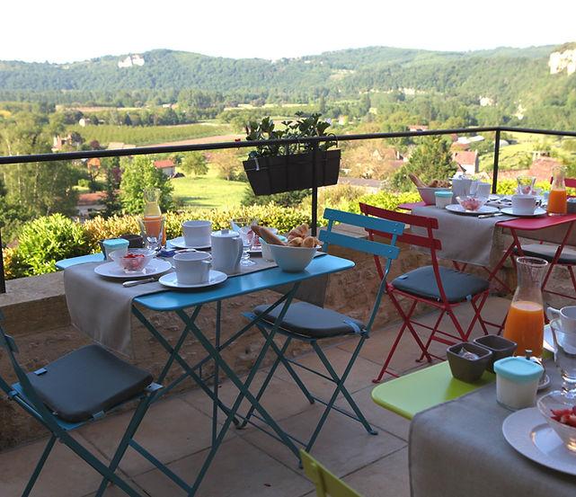 petit dejeuner en table d'hote vue vallee dordogne