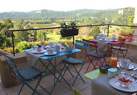 petit-dejeuner-vue-vallee-dordogne
