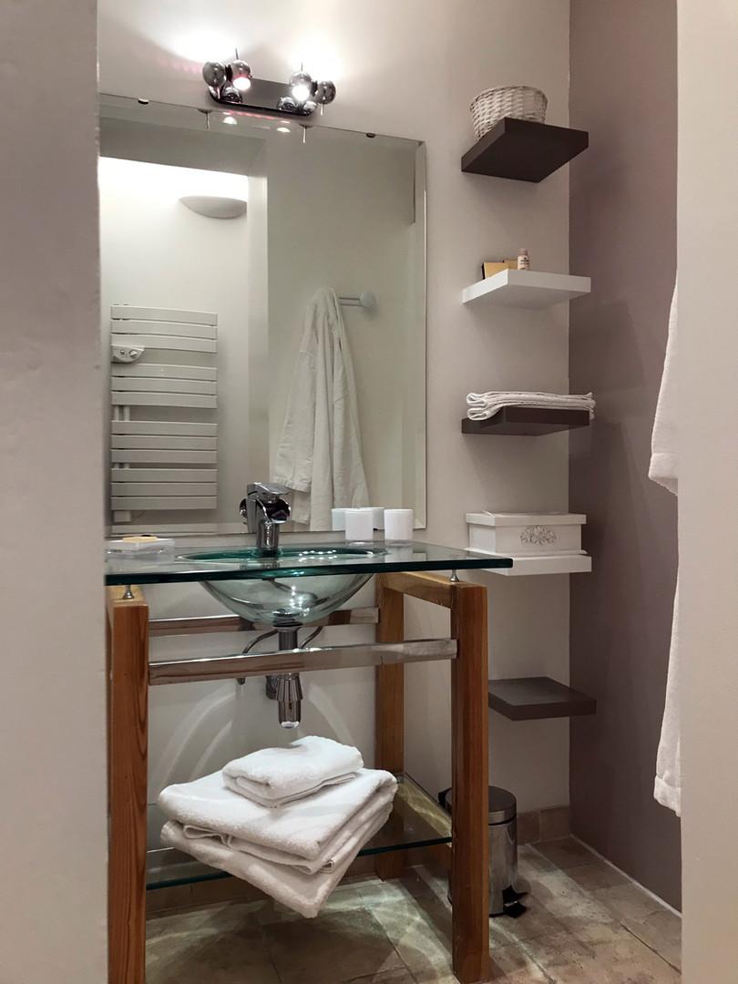chambre-discrete-salle-de-bain-la-roque-gageac-sarlat.jpg