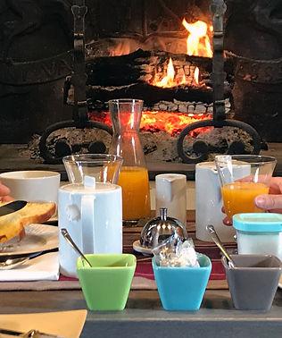 petit dejeuner cocooning feu de cheminee
