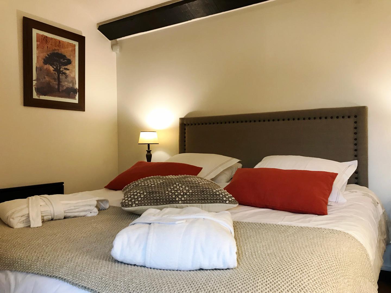 maison-hotes-de-charme-chambre-discrete-peignoir-chaussons-la-roque-gageac-sarlat.jpg