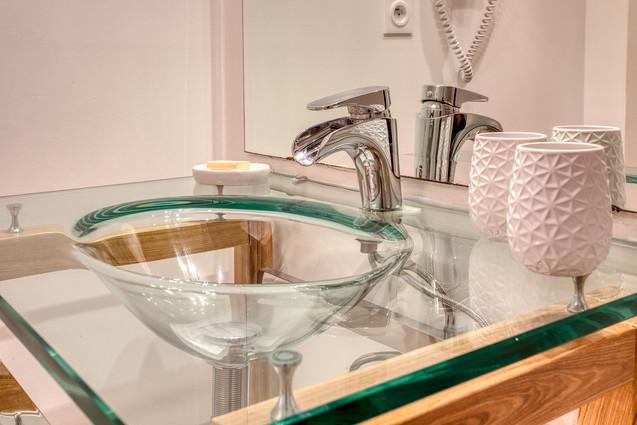 chambre-hotes-vasque-toilette-verre-peri