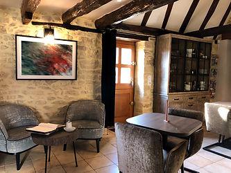 Salon cocooning de notre maison d'hôte dans l'espace salle à manger devant la cheminée situé à la Roque-gageac