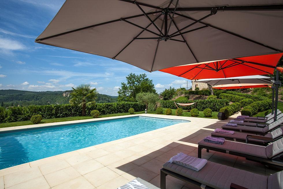 Grande piscine chauffée avec une superbe vue sur la vallée de la dordogne