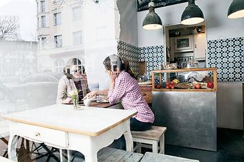 Frau in Restaurant