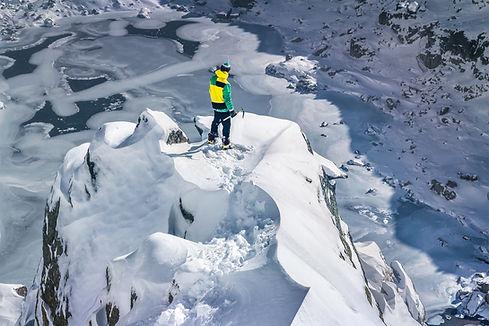 Représente une personne ayant atteint le sommet d'une montagne et désire atteindre d'autres sommets