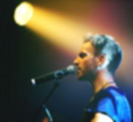 カラオケバーで歌うイメージ画像