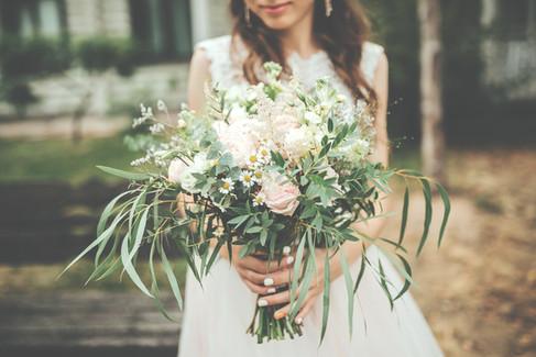 Claire et son bouquet de mariée