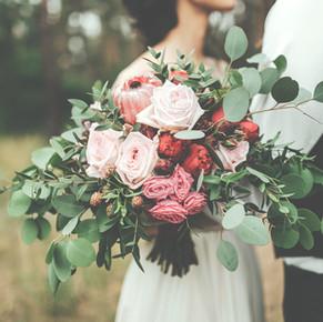vild brudebuket i rødlige farver