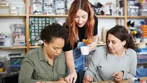 Frauen in der Arbeitswelt umgeben von finanziellen Herausforderungen