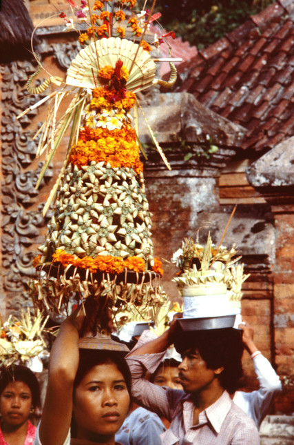 Circumambulating with offerings